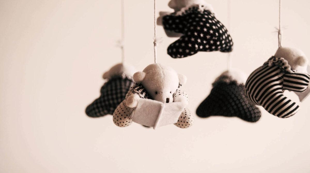 knuffels hangen aan plafond