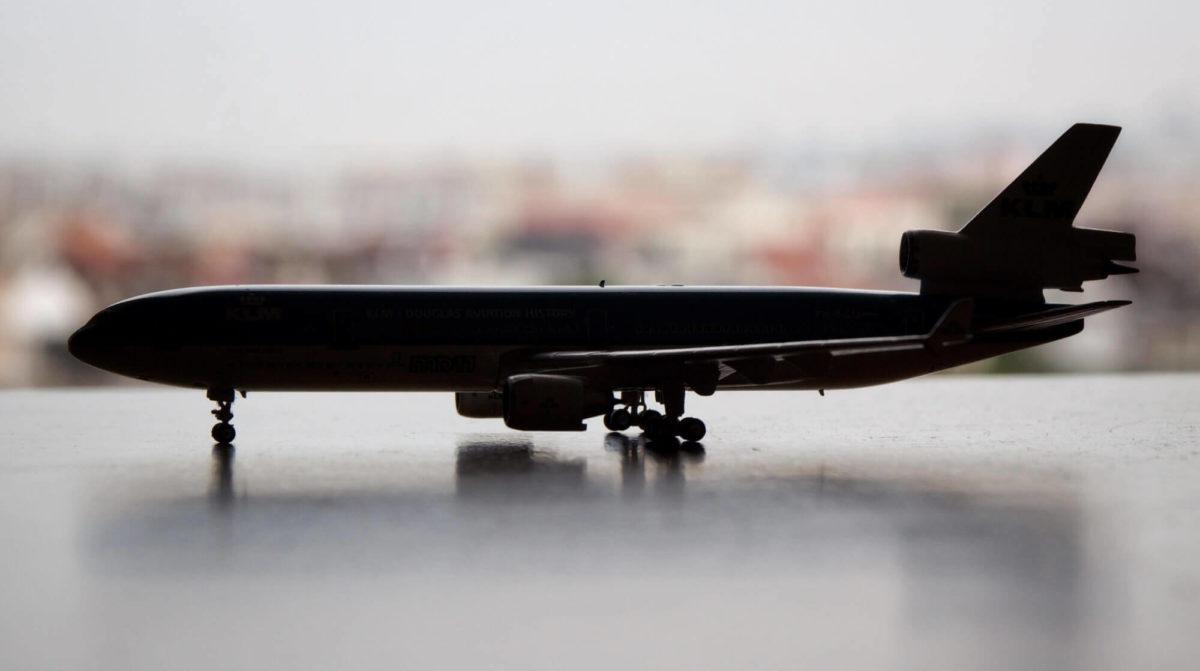 model vliegtuig op tafel