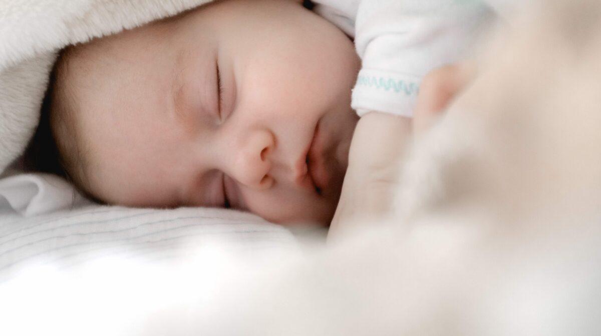 slapende baby onder wit laken